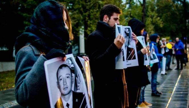 Активісти мовчки і зі світлинами його жертв привітали Путіна з днем народження