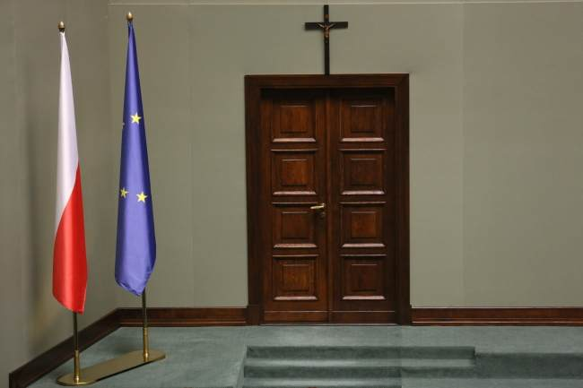 Cross over the entrance to the debating chamber. Photo: PAP/Radek Pietruszka