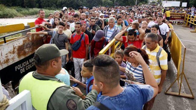 Венесуэльские мигранты на границе с Колумбией.