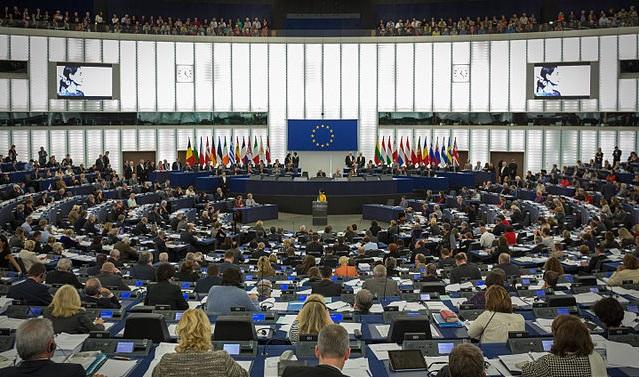 Вручение премии Сахарова Аун Сан Су Чжи Мартином Шульцем в Европейском парламенте в Страсбурге 22 октября 2013 года