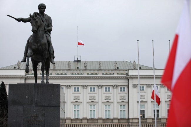A Polish flag flies at half-staff over the presidential palace in Warsaw on Sunday. Photo: PAP/Leszek Szymański