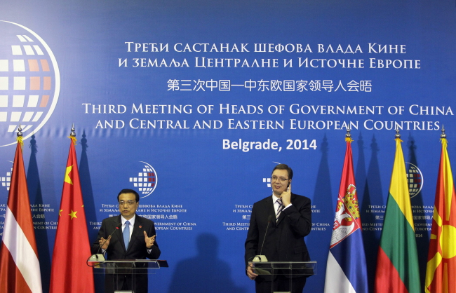 Chinese Premier Li Keqiang (L) and Serbia's Prime minister Aleksandar Vucic (R) following the opening session of the third CEE-China meeting in Belgrade, Serbia, 15.12.2014. Photo: PAP/EPA/ANDREJ CUKIC