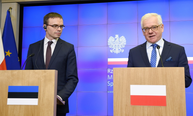 Sven Mikser and Jacek Czaputowicz at a news conference in Warsaw. Photo: PAP/Radek Pietruszka