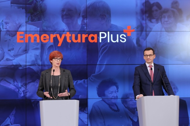 """Prime Minister Mateusz Morawiecki (right) and Family, Labour and Social Policy Minister Elżbieta Rafalska (left) brief reporters on the details of the government's """"Pension Plus"""" initiative in Warsaw on Thursday. Photo: PAP/Paweł Supernak"""