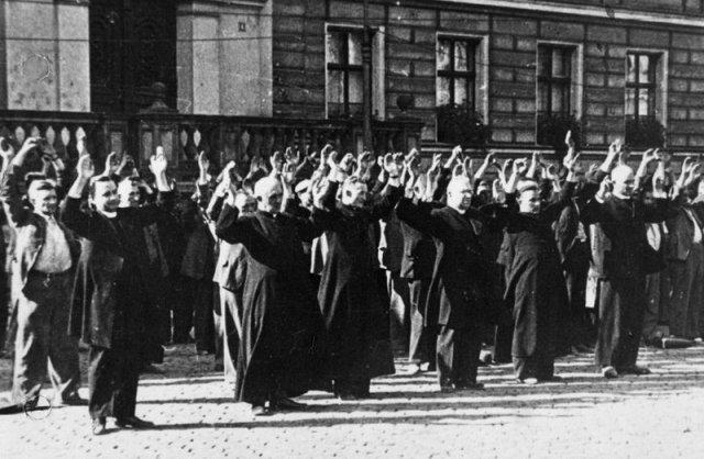 """Казнь польских священников во время """"кровавого воскресенья"""" в Быдгоще 9 сентября 1939 года."""