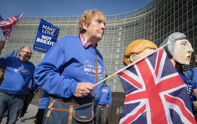 Протестующие против выхода Великобритании из Европейксого союза призывают ко второму референдуму перед зданием Европейской комиссии в Брюсселе