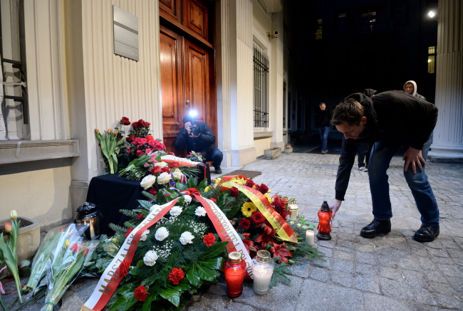 Flowers and lanterns are laid outside the Belgian embassy in Warsaw, 22 March. Photo: PAP/Bartłomiej Zborowski