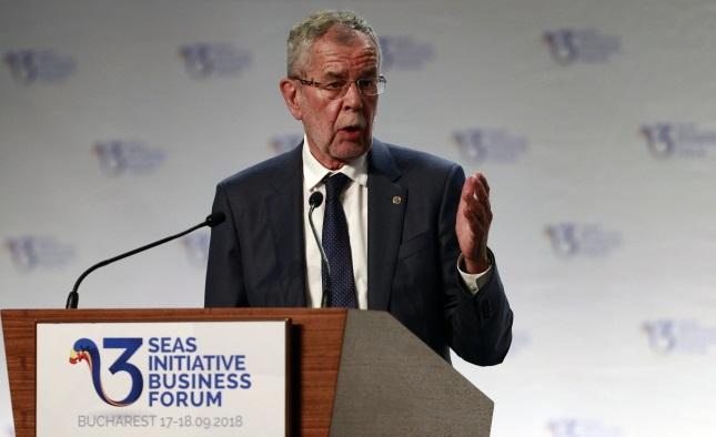 Президент Австрии Александр ван дер Беллен выступает с речью на открытии саммита инициативы Троеморье в Бухаресте