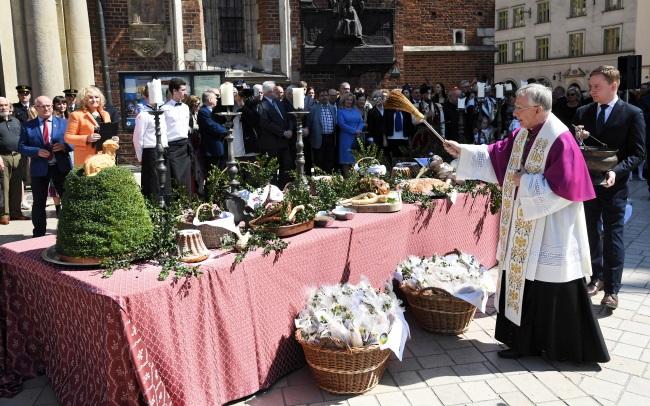 В Великую субботу в костелах Польши происходит освящение продуктов к пасхальному столу.