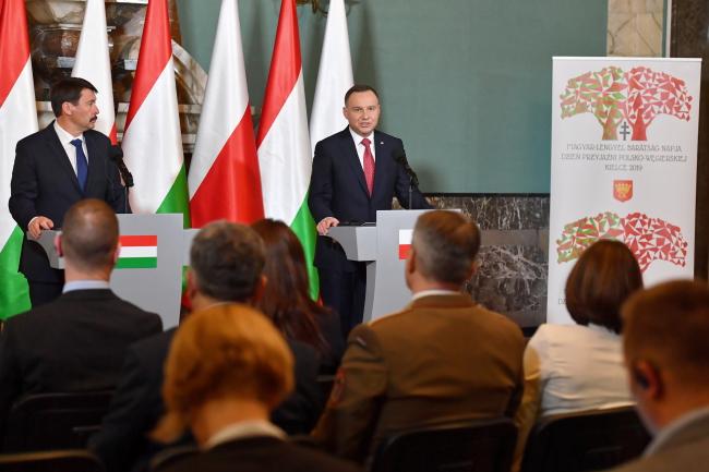 Президент Польщі Анджей Дуда (праворуч) та президент Угорщини Янош Адер (ліворуч), Кєльце, 22 березня 2019 року