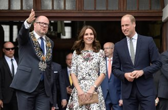 British royals receive Polish amber jewellery