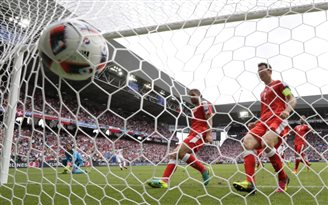 Euro 2016: Poles into quarter finals after beating Swiss on penalties