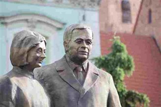 Statue unveiled of late President Kaczynski and wife