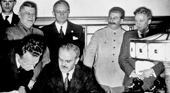 Молатаў падпісвае дагавор, за ім Рыбентроп, справа Сталін