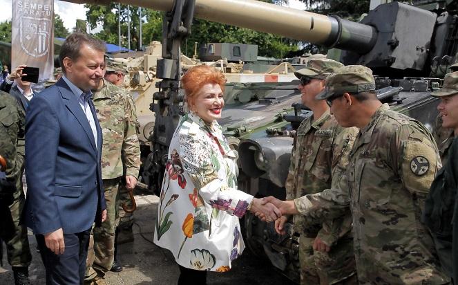 Глава Министерства национальной обороны Польши Мариуш Блащак и посол Соединенных Штатов Америки Джорджетт Мосбахер на польско-американском военном пикнике в Гижицко.