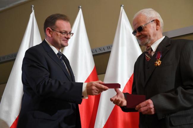 Ян Каспшык (зьлева) уручае ўзнагароду Эдварду Кубу