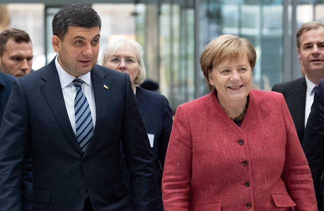 Ukraine's Prime Minister Volodymyr Groysman and German Chancellor Angela Merkel in Berlin on Thursday. Photo: EPA/HAYOUNG JEON