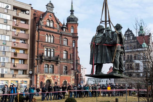 Демтонтаж пам'ятника Вдячності совєтській армії в Лігниці, 24 березня 2018 року