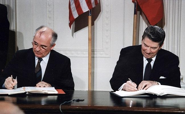 Генеральный секретарь ЦК КПСС М. С. Горбачев и президент США Р. Рейган подписывают Договор о ликвидации ракет средней и меньшей дальности. 1987 год
