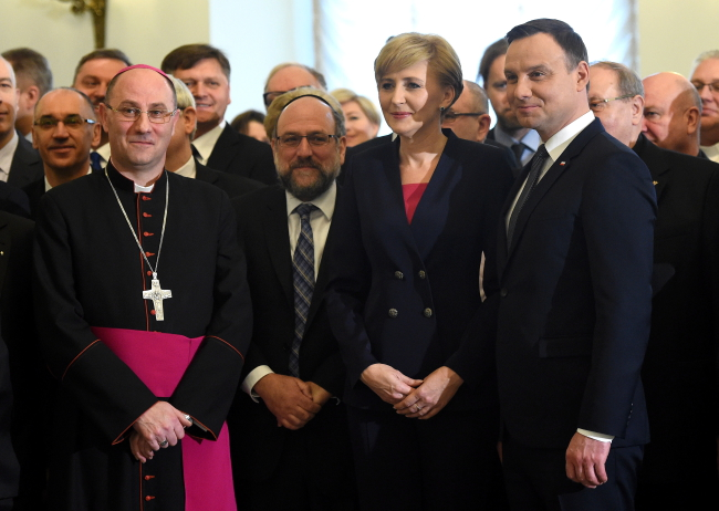 President Andrzej Duda (R) with First Lady Agata Kornhauser-Duda (2R), Primate of Poland Archbishop Wojciech Polak (L) Chief Rabbi of Poland  Michael Schudrich (2L). PAP/Radek Pietruszka