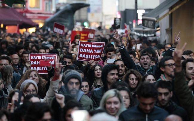 Протесты против результатов конституционного референдума в Турции.