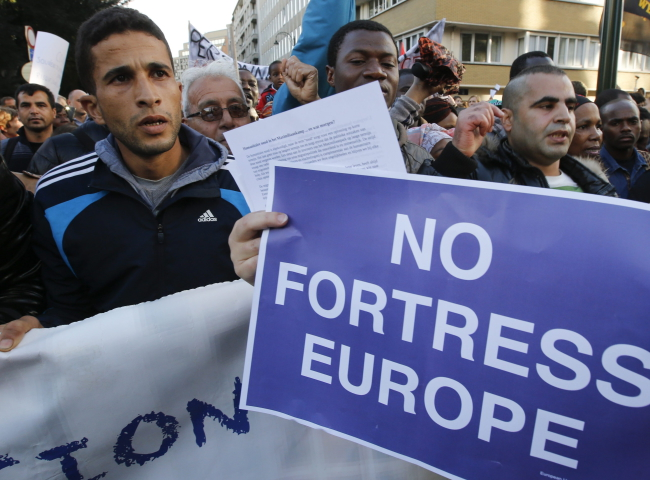 Refugees demonstrate near the European institutions headquarters during a special European Justice and Home affairs ministers council meeting, in Brussels, Belgium, 14 September 2015. EPA/OLIVIER HOSLET