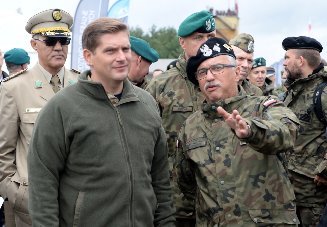 Deputy Defence Minister Bartosz Kownacki (left). Photo: PAP/Piotr Polak