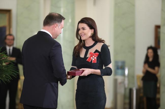 Andrzej Duda hands Agnieszka Radwańska a state honour. Photo: PAP/Leszek Szymański