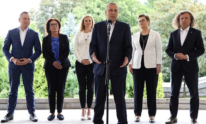 """Лидер партии """"Гражданская платформа"""" Гжегож Схетына (на первом плане) и представители польской оппозиции."""