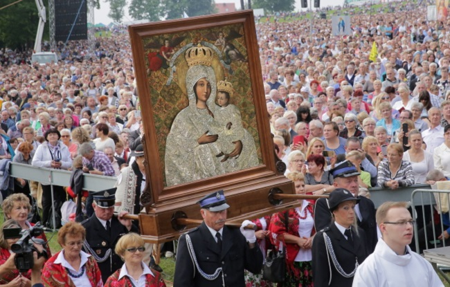 Thousands of faithful in procession to mark the 140th anniversary of the Vatican-recognised Marian apparitions in Gietrzwałd on Sunday. Photo: PAP/Tomasz Waszczuk