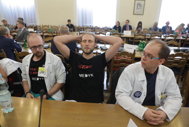 Resident doctors at a parliamentary commission on health care meeting which was briefed by the health minister on Monday. Photo: PAP/Tomasz Gzell.