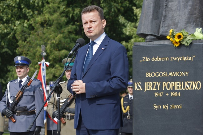 Interior Minister Mariusz Błaszczak speaks during ceremonies in front of a monument to the Blessed Jerzy Popiełuszko in Suchowola. Photo: PAP/Artur Reszko