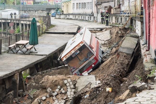 The gaping hole next to Odra river in Wrocław. Photo: PAP/Maciej Kulczyński