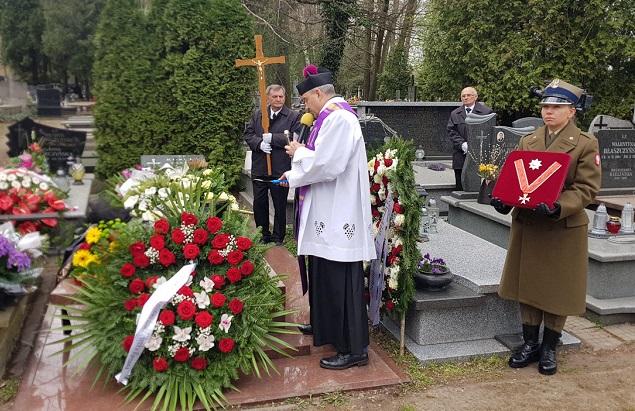 Погребальная урна с прахом выдающегося кинооператора Ежи Вуйцика на кладбище в Подкове-Лесьной