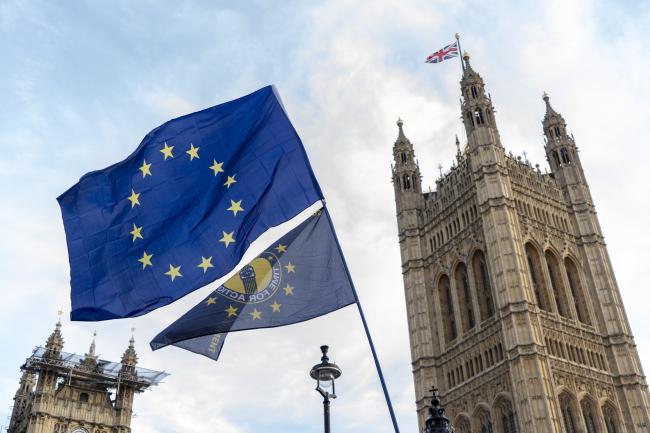 Флаг Европейского союза у здания британского парламента в Лондоне