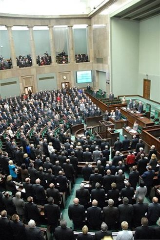 Poland passes 2015 budget with deficit under 3 percent