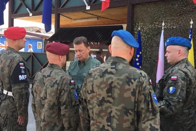 Mariusz Błaszczak odznacza polskich żołnierzy służących w Bośni i Hercegowinie