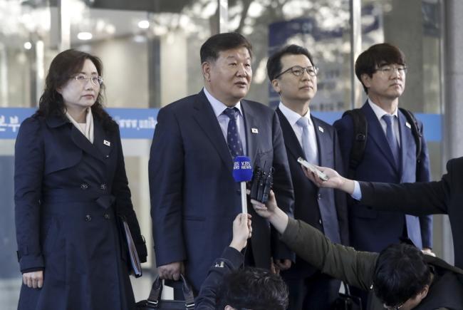 Представители Южной Кореи после переговоров с коллегами из КНДР в Кэсоне