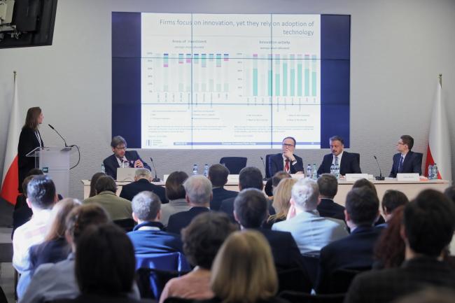 """Директор экономического департамента Европейского инвестиционного банка (EBI) Дебора Револтелла (слева) во время презентации отчета Европейского инвестиционного банка 2018/2019 под названием """"Переоснащение экономики Европы"""""""