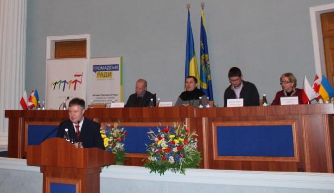 Адам Зауер виступає на підсумковій конференції в Черкасах