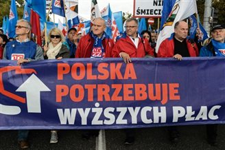 Thousands rally in Warsaw over pay