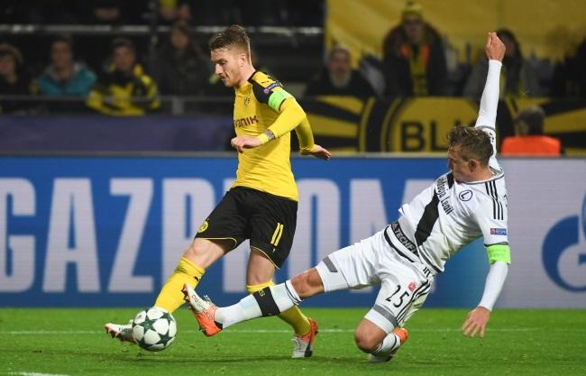 Borussia Dortmund's Marco Reus (left) in action against Legia's Jakub Rzeźniczak. Photo: PAP/Bartłomiej Zborowski