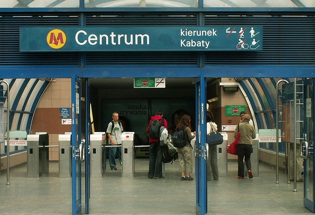 Warsaw's Metro Centrum station. Photo: Jaimrsilva [CC BY-SA 4.0  (https://creativecommons.org/licenses/by-sa/4.0)], from Wikimedia Commons