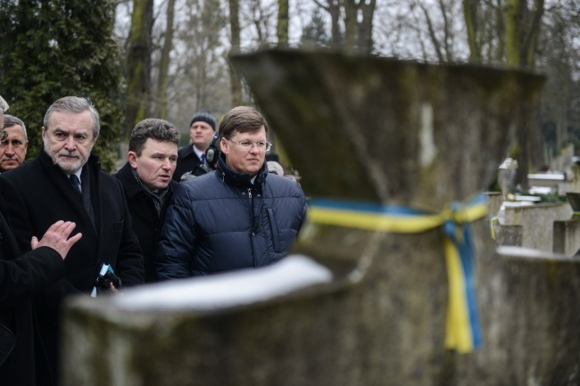 Piotr Gliński (left) and Pavlo Rozenko (right) during a visit to an Orthodox cemetery in Warsaw on Friday. Photo: PAP/Jakub Kamińsk