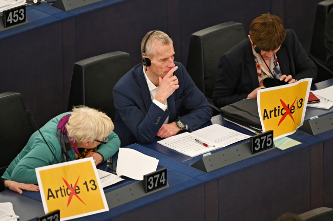 Члены группы Европейское объединенные левые/Лево-зелёные Севера протестуют с плакатами перед голосованием по директиве о защите авторских прав в интернете в Европейском парламенте в Страсбурге