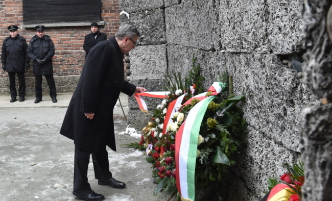 President Bronislaw Komorowski lays a wreath at the Wall of Death at the former concentration camp of Auschwitz I. Photo: PAP/Andrzej Grygiel