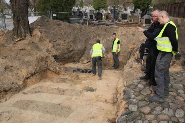 Поиск останков жертв коммунистического террора на Брудновском кладбище в Варшаве.