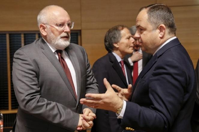 Замглавы Европейской комиссии Франс Тиммерманс (слева) и замглавы МИД Польши Конрад Шиманьский