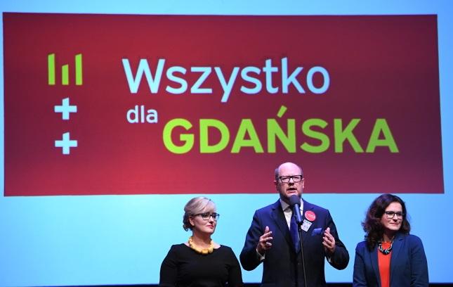 Мэр Гданьска Павел Адамович (в центре) с женой Магдаленой (слева) и главой избирательного штаба, заместителем мэра Гданьска Александрой Дулькевич (справа) во время избирательного вечера