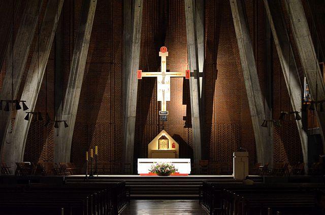 Інтер'єр костелу св. Домініка у Варшаві з розп'яттям, написаним Єжи Новосєльським